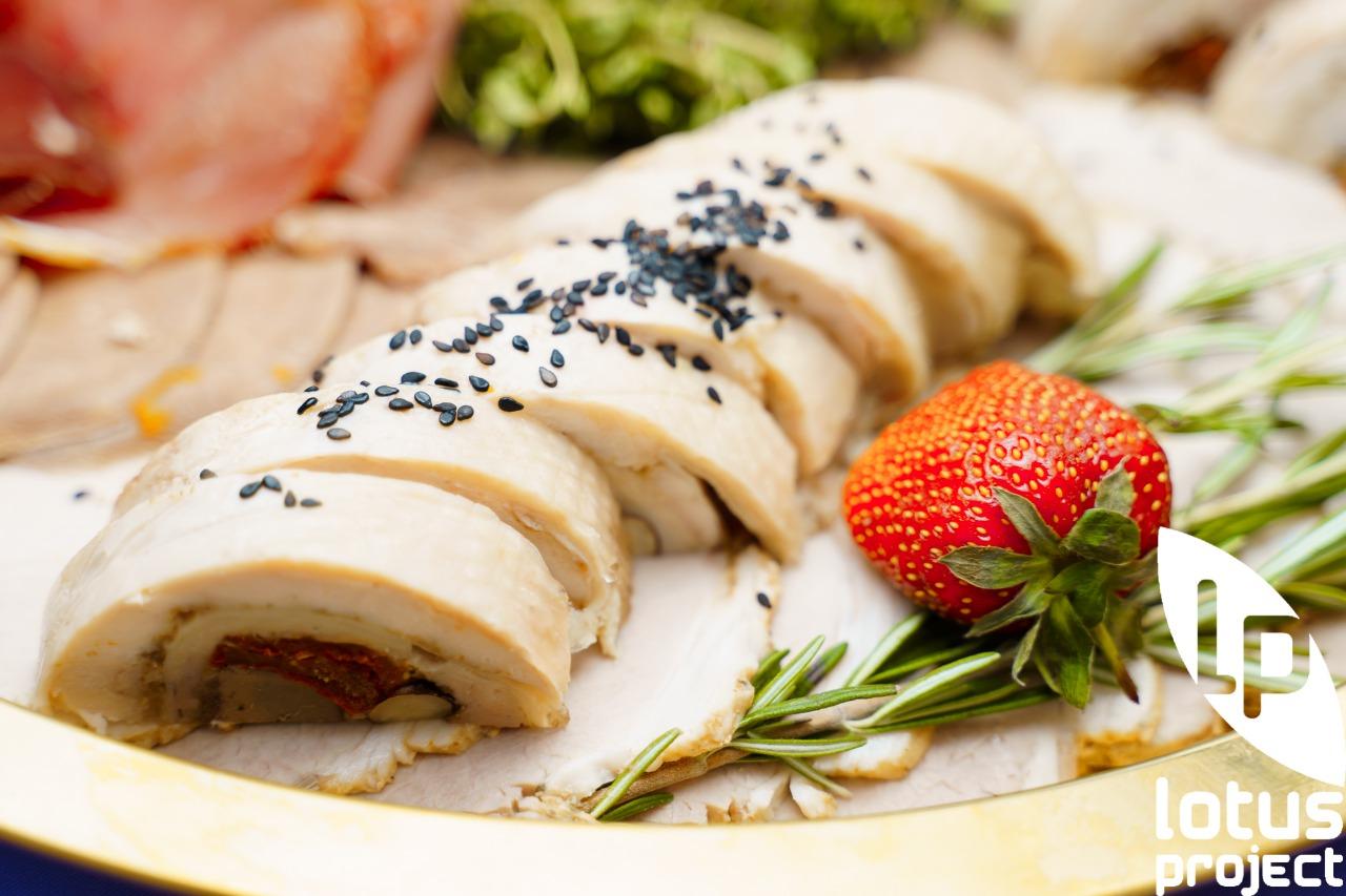 Рулет из пулярки с молодым сыром, вялеными томатами 1000 гр