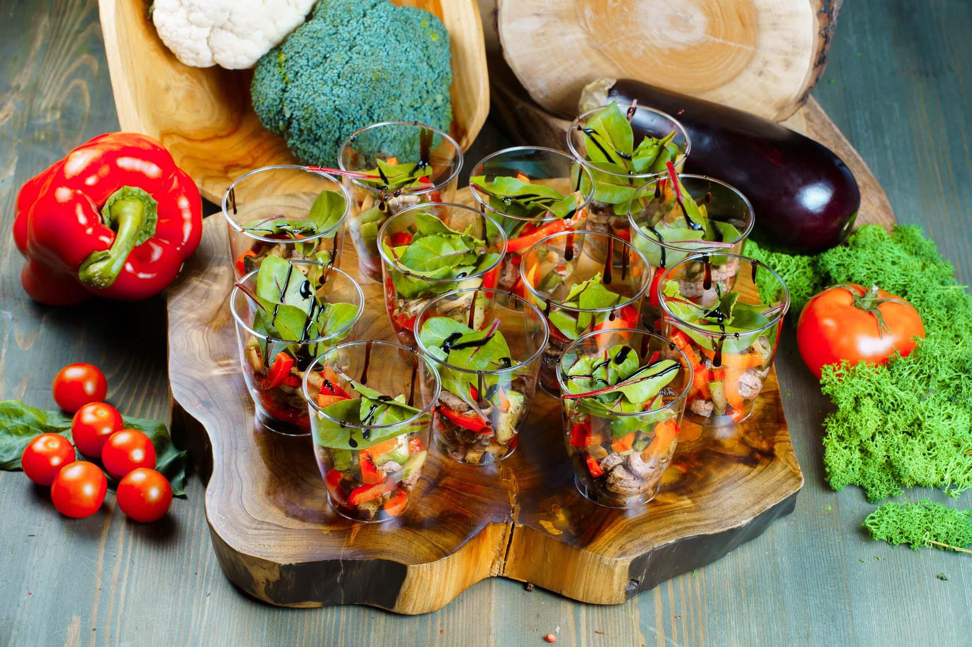 СЕТ №48 Салат из овощей гриль с ростбифом и бальзамическим соусом 12 шт по 70 гр