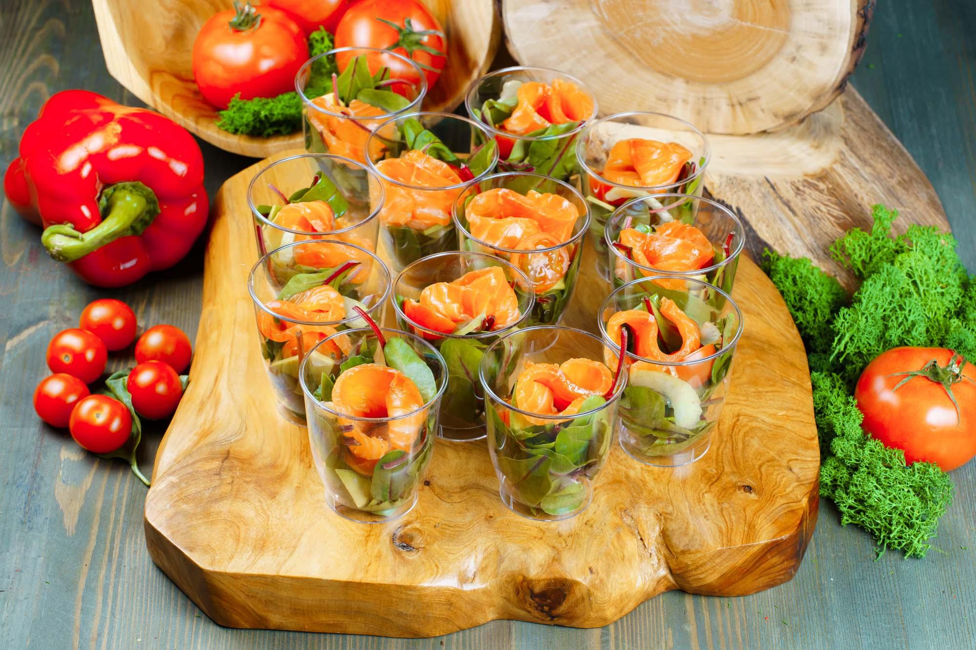 СЕТ №51 Микс салат с малосольной сёмгой, авокадо и черри 12 шт по 50 гр