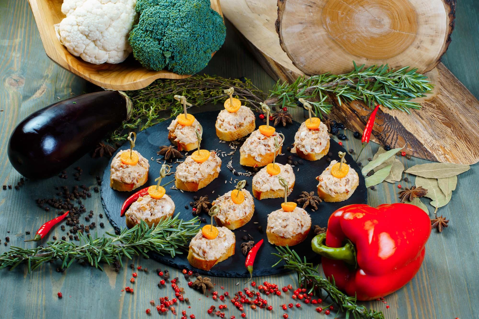 СЕТ №18 Брускетта с осетриной и вялеными томатами 12 шт по 35 гр