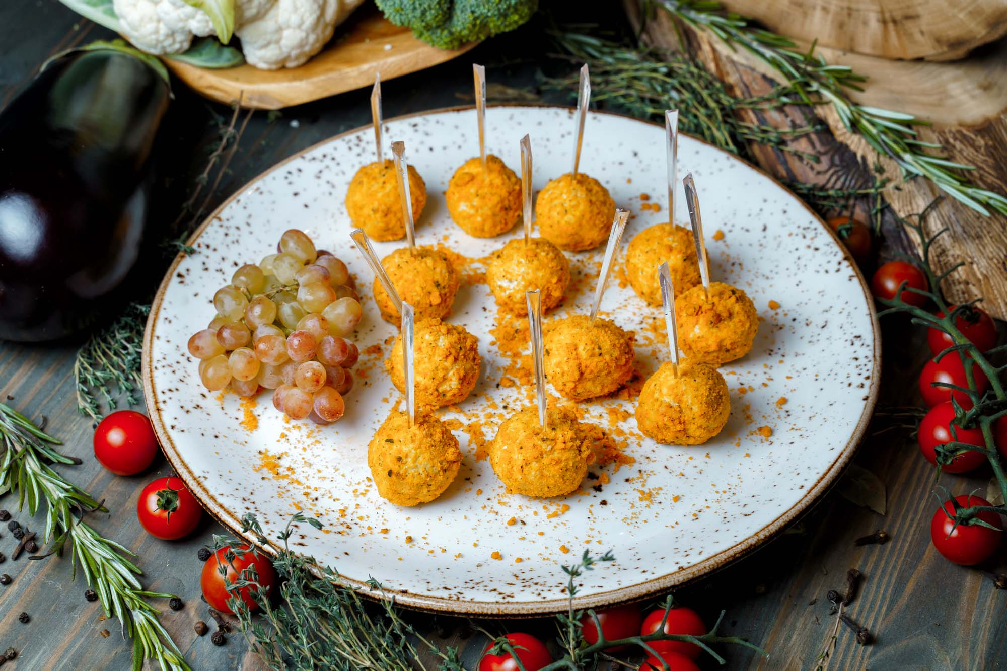 СЕТ №38 Чизболы из голубого сыра в песочной панировке с ароматными травами 18 шт по 25 гр