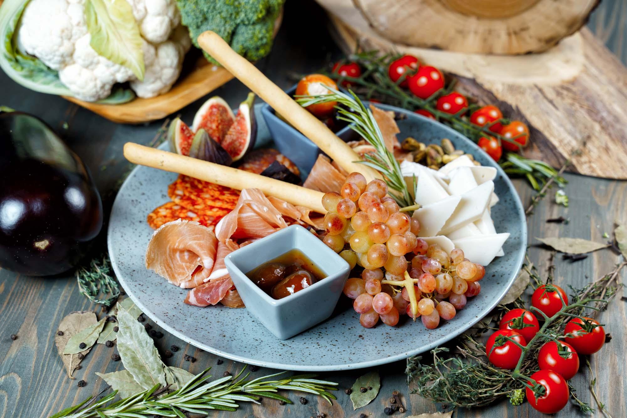 СЕТ №42 Антипасти (окорок сыровяленый, чоризо, благородный сыр, персиковое варенье, гриссини, мед, виноград, оливки) 500 гр