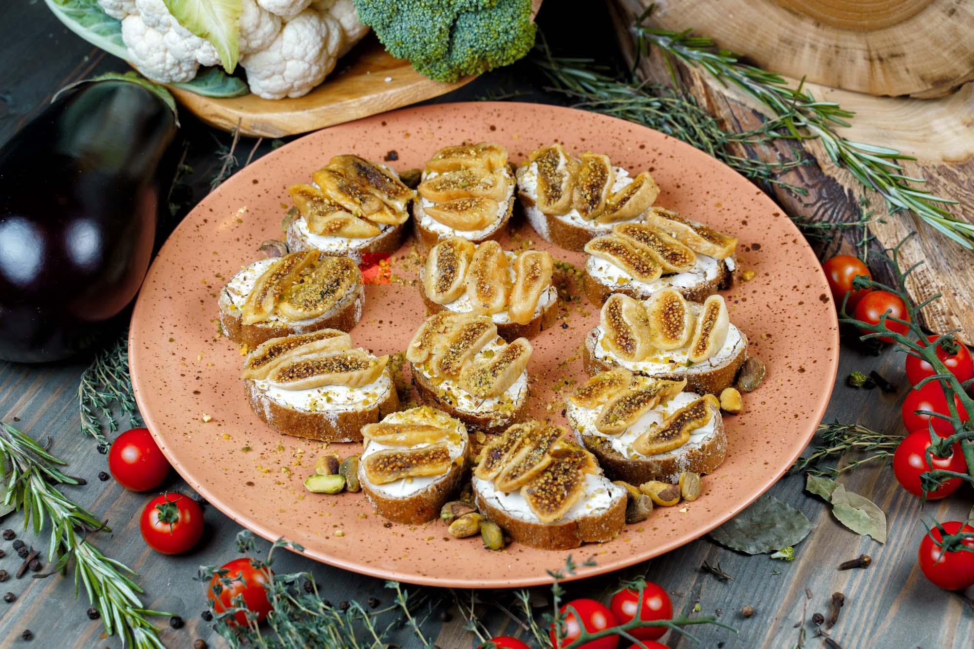 СЕТ №53 Творожный сыр с фисташками и вяленым инжиром, на ржаной брускетте 12 шт по 35 гр